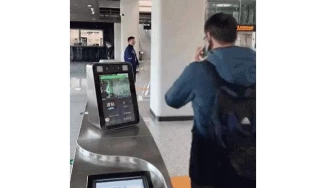 国内首条刷脸支付坐地铁开始运营 一分钟可通过30-40名乘客